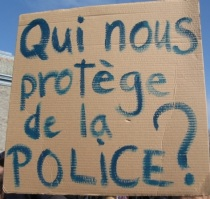 """Panneau """"Qui nous protège de la police?"""""""