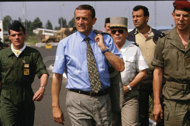 François Léotard, Ministre de la Défense, accueilli le 29 juin 1994 par le général Lafourcade sur l'aéroport de Goma Photographe : Thierry Orban/CORBIS SYGMA